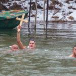 Miloš Mihajlović ponosno drži časni krst